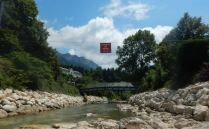 Le panneau de la réserve trône au milieu de la rivière le Guiers mort