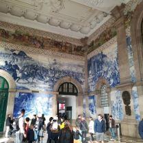 Les grandes fresques d'azulejos du hall de cette gare