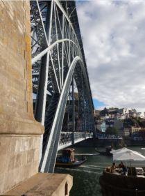 Pont Dom Luis réalisé par un éléve de Gustave Eiffel, conçu avec une route inférieure et une ligne de métro surélevée