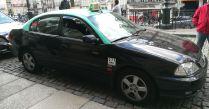 Taxi de Porto aux couleurs noires et toits verts