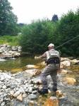 Claude pêche avec la main droite
